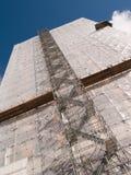 Baugerüstleichentuch auf Gebäude lizenzfreie stockfotografie
