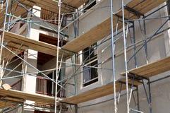 Baugerüst auf einem neuen Appartementkomplex Lizenzfreie Stockfotos