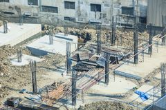 Baugewerbe, konkreter Hochbaustandort Konkrete Stapel gefahren in den Fundamentboden an der Grundlagengrube stockfoto