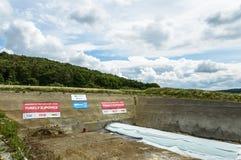 Baugrube gesehen gegen einen schönen Landschaftshintergrund Stockbilder