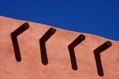 Bauhölzer in der Adobe-Wand unter blauem Himmel Lizenzfreie Stockbilder