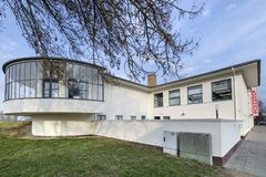 BauhausKornhaus byggnad i Dessau, Tyskland Royaltyfri Fotografi