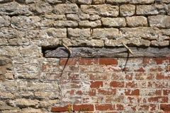 Bauhintergrund - eine alte Backsteinmauer benötigt Reparaturen Stockfotografie