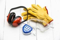 Bauhintergrund mit schützender Arbeitskleidung Stockfotografie