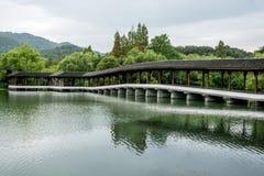 Bauholz-Bogen-Aufenthaltsraum-Brücke stockbild
