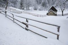Bauholz-Haus in der Snowy-Landschaft Lizenzfreies Stockfoto