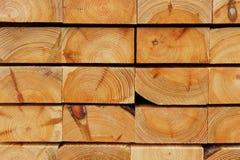 Bauholz-Hintergrund: Schneiden von angehäuften Kiefern-starken Brettern Stockfotos