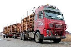 Bauholz-LKW Volvos FH mit voller Last Stockbild
