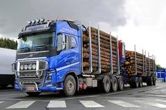 Bauholz-LKW Volvos FH16 700 und Klotz-Anhänger Stockfoto