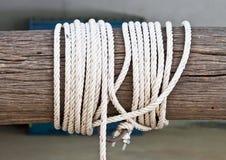 Bauholz mit einem weißen Seil. Lizenzfreie Stockfotografie