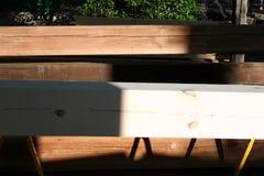 Bauholz-Stapel, Tanne und Kiefer, neu und zurückgefordert Stockbilder