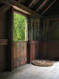 Bauholz-Tausendstel-Fenster Stockfotos