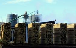 Bauholz-Tausendstel und gestapelte Vorstände Stockfotos