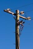 Bauholzleistungpol und Stromleitungen Stockfoto