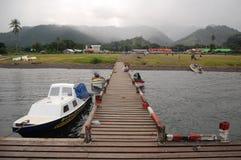 Bauholzpier mit Boot Stockfoto