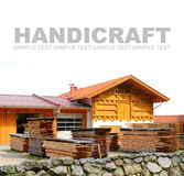 Bauholzstapel und -Blockhaus Stockfoto