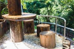 Bauholztabelle und -stühle Lizenzfreie Stockfotografie