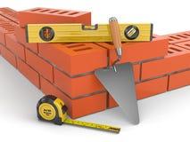 Baukonzept. Backsteinmauerkelle und -niveau, Lizenzfreies Stockfoto