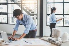 Baukonzept der Ingenieur- oder Architektensitzung für projec lizenzfreie stockfotos