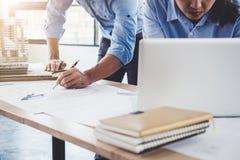 Baukonzept der Ingenieur- oder Architektensitzung für projec stockbild