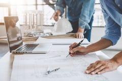 Baukonzept der Ingenieur- oder Architektensitzung für projec stockfotos