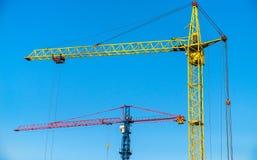 Baukräne auf einem Hintergrund des blauen Himmels Lizenzfreies Stockbild