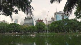 Baukräne errichten Wolkenkratzer Ansicht vom grünen Stadt Park auf dem Bau von Bürogebäuden herein stock video footage