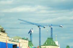 Baukräne gegen den blauen Himmel stockbilder
