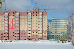Baukräne und -häuser im Bau stockfotos
