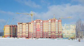 Baukräne und -häuser im Bau lizenzfreie stockfotografie