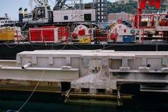 Baukran über Wasser im Hafen von Monaco stockfotografie