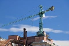 Baukran angebracht am Dach eines Gebäudes in Mailand stockfotografie