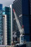 Baukran auf dem Hintergrund des Geschäftszentrums Stockfotografie