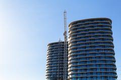 Baukran und Baustelle unter blauem Himmel Stockfotografie