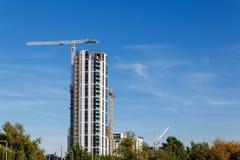 Baukran und Baustelle unter blauem Himmel Lizenzfreies Stockfoto