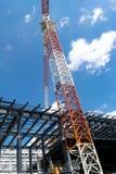 Baukran und das Gebäude gegen Himmel stockfoto