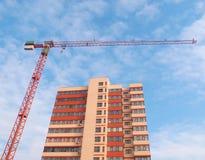 Baukran und -Wohngebäude Stockbild