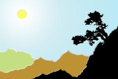 Baum auf dem Berghang in einem sonnenbeschienen Tal Lizenzfreie Stockfotos