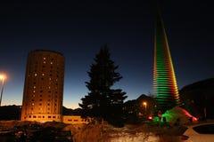 Baum beleuchtete mit schneebedecktem Hotel nach Sestriere, Turin, Piemont, Italien Stockbild