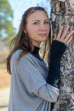 Baum in den Umarmungen der schönen Dame. stockfotografie