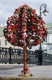 Baum der Liebe gemacht von den Vorhängeschlössern, Moskau, Russland stockfotos