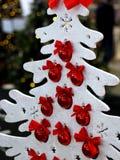 Baum der weißen Weihnacht mit roten Bällen Stockbild