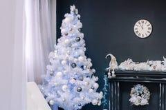 Baum der weißen Weihnacht nahe dem Kamin stockfotografie