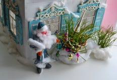 Baum des Knetmasse-Vaters Frost, des neuen Jahres und russisches Haus Stockfotos