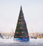 Baum des neuen Jahres auf dem zentralen Platz in Kemerovo-Stadt Lizenzfreies Stockfoto