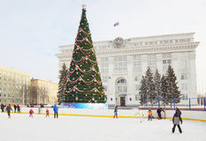 Baum des neuen Jahres auf dem zentralen Platz in Kemerovo-Stadt Lizenzfreie Stockbilder