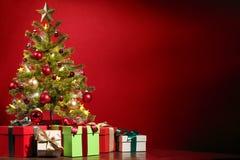 Baum des neuen Jahres mit Geschenken stockbild
