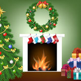 Baum, Feuerplatz, Socken, Geschenke und Girlande Stockbilder