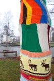 Baum gekleidet in einer Strickjacke gehäkelt Lizenzfreie Stockfotografie