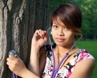 Baum Hugger mit Stethoskop Lizenzfreies Stockbild